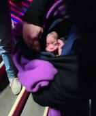 Bebé abandonado à nascença no lixo