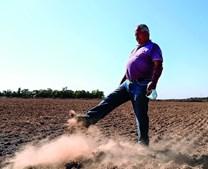 Joaquim Sobral levanta com o pé o pó da terra seca