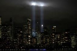 Luzes em forma de torres iluminam o céu em Nova Iorque em homenagem às vítimas do 11 de setembro de 2001