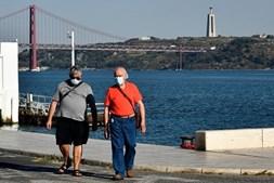 Pessoas passeiam de máscara em Lisboa, setembro de 2020