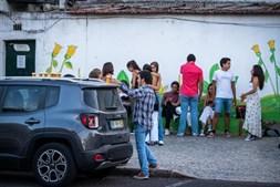 Grupos de jovens reúnem-se ao final da tarde junto à Faculdade de Ciências, na Cidade Universitária de Lisboa