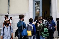 Alunos separados em 'bolhas' dentro da escola mas todos juntos antes de entrar