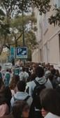 Longa fila de alunos para entrar na Secundária Pedro Nunes, em Lisboa. O distanciamento não foi cumprido