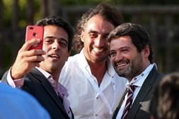 O presidente do Chega, André Ventura, tira selfies com apoiantes à chegada para a sessão da tarde da II Convenção Nacional do partido, Évora