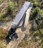 Camião cai em ravina após despiste na A23. Fotos cedidas por: Vigilantes da Estrada