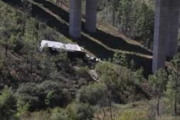 Camião cai em ravina na A23