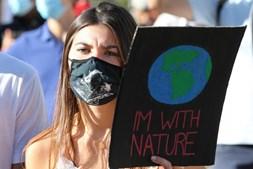 Centenas de pessoas marcham em vários pontos do país pelo clima
