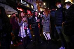 Fecho dos bares e restaurantes às 22h00 não evitou ajuntamentos nas ruas