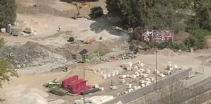 É bem visível o buraco à superfície, no local onde ocorreu o desabamento. Trabalhos de betonagem visam  repor condições de segurança para a normal circulação