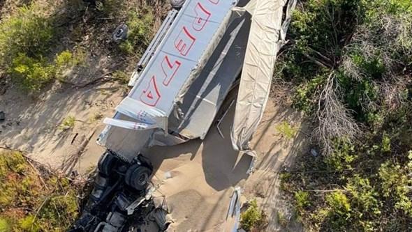 Camião despista-se e cai em ravina na A23