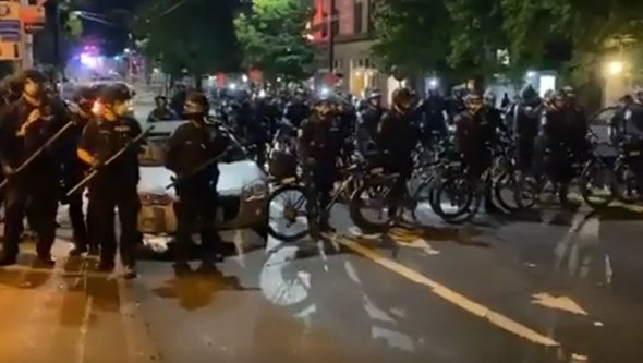Polícia de bicicleta passa por cima de manifestante nos EUA durante protesto por Breonna Taylor
