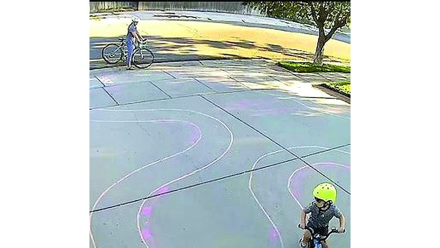Homem cria pista de corridas no pátio e faz furor entre as crianças