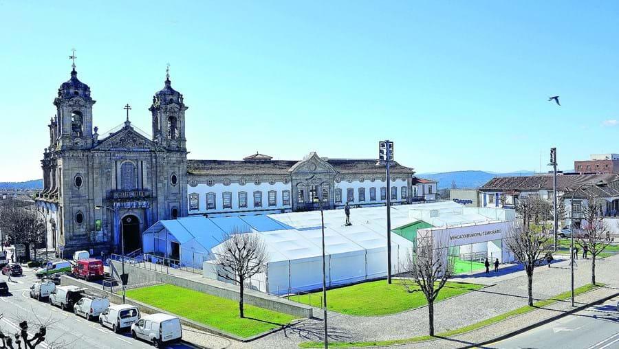 Mercado Municipal temporário tem instalações divididas entre o largo do Pópulo e o Campo da Vinha