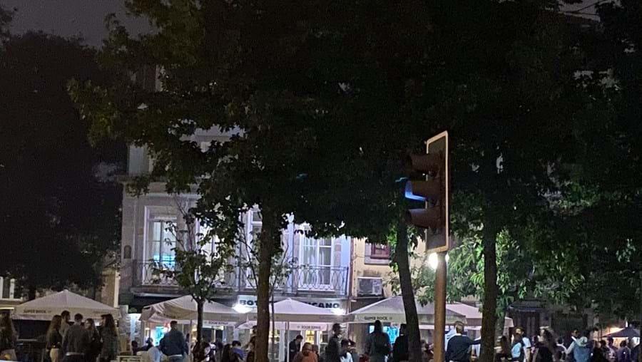 Centenas de pessoas juntas em grupos de grande dimensão no centro do Porto
