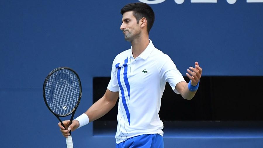 Djokovic desqualificado após lance que correu mal ao atingir juíza de linha