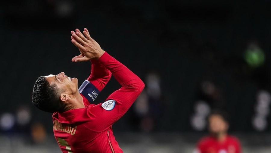 Cristiano Ronaldo celebra o 100º golo pela seleção nacional