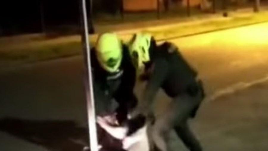 Homem morre após ser submetido a choques elétricos pela polícia em Bogotá
