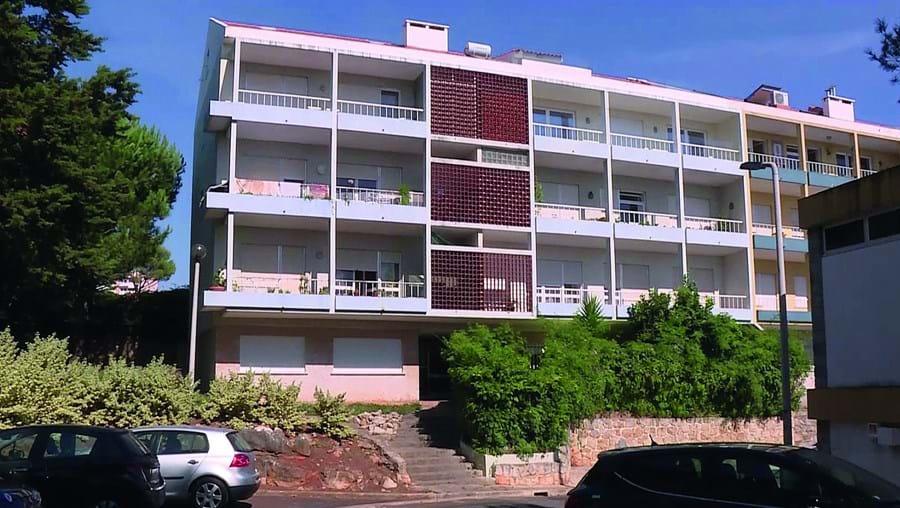 Vítimas residiam no terceiro andar deste prédio num bairro pacato de Cascais
