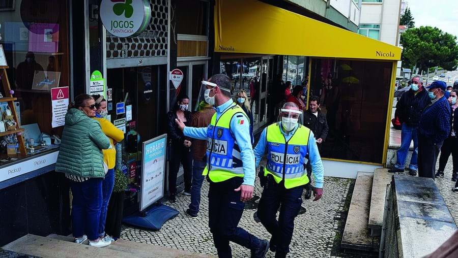 Agentes policiais estão incumbidos pelo Governo de fiscalizar regras definidas pela Direção-Geral da Saúde