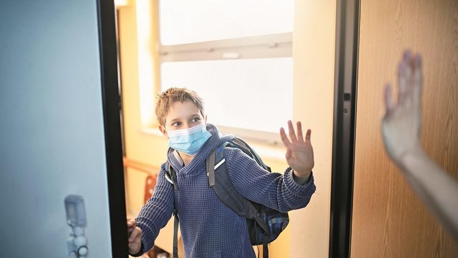 Maior parte das pessoas entrevistadas considera que os alunos infetados com Covid-19 devem ser isolados, enquanto os restantes devem ir às aulas
