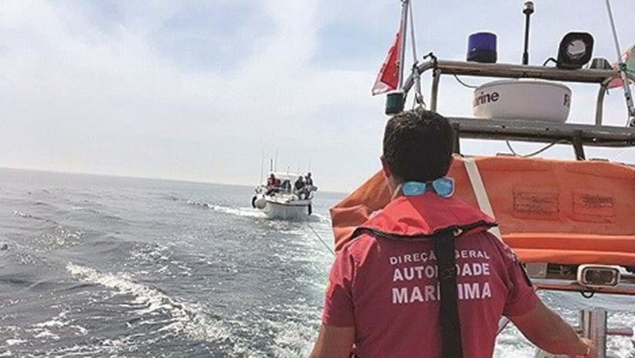 Barco foi levado até à costa