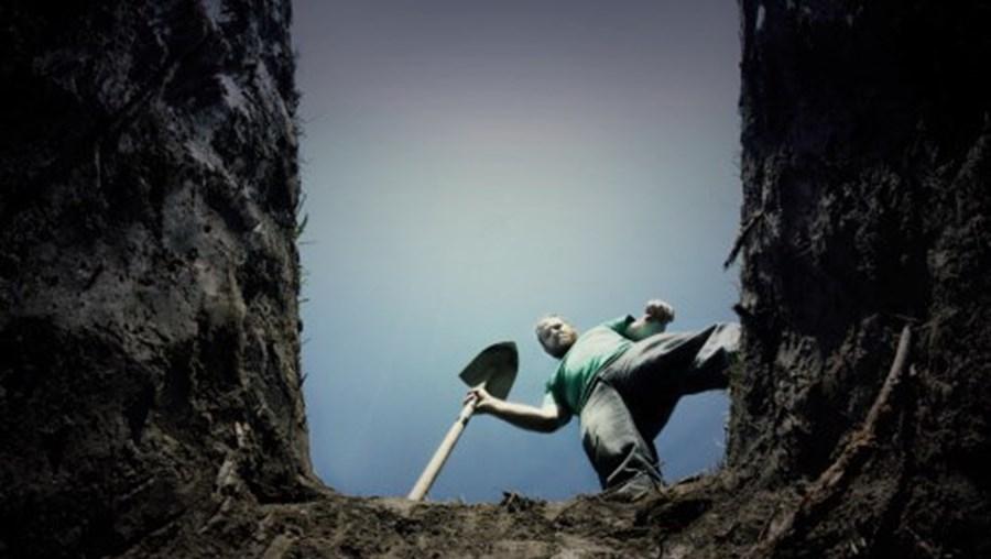 Homem a olhar para sepultura (imagem ilustrativa)