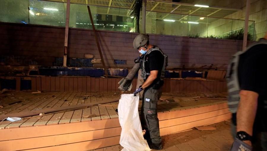 Membro de segurança com um 'rocket' lançado de Gaza