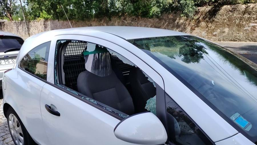 Ladrão partiu vidro lateral do veículo