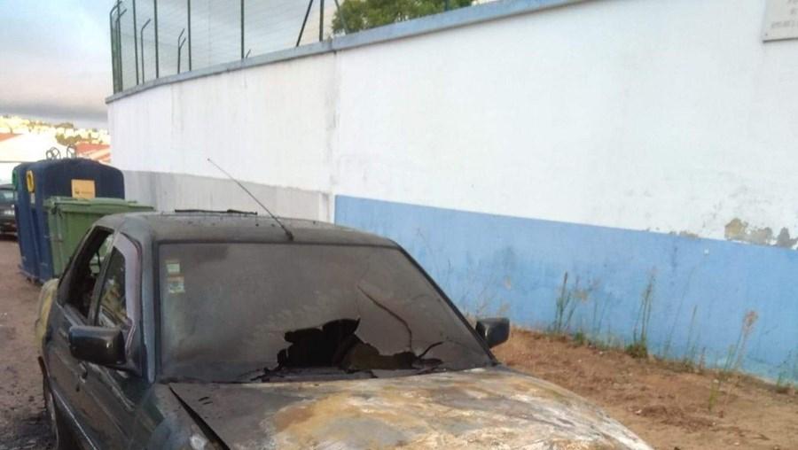 Carro de guarda incendiado junto à cadeia de Setúbal