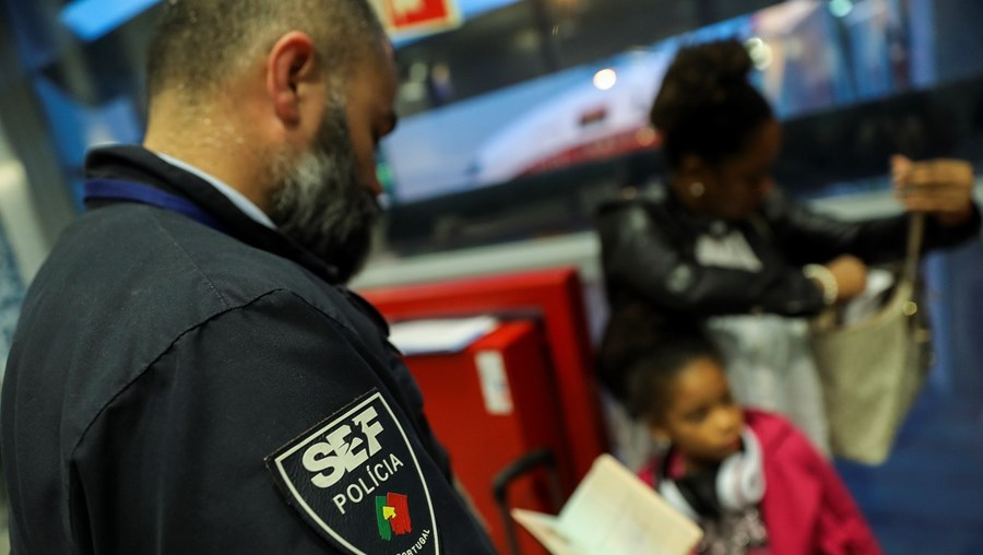 Caso de tráfico de crianças foi detetado pelos inspetores do SEF durante controlo de passaportes, que se revelaram ser falsificados