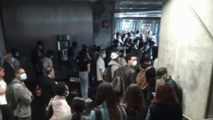 Aglomerado de pessoas aguarda chegada do metro na estação de metro do Terreiro do Paço, em Lisboa