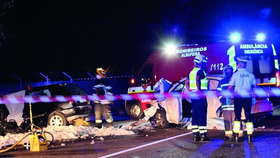 Vítimas foram socorridas por elementos dos Bombeiros de Albufeira e do INEM. GNR cortou a estrada durante três horas