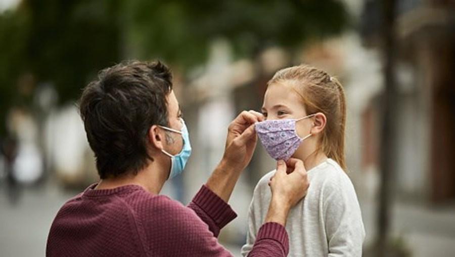 Pessoas com máscaras contra o coronavírus