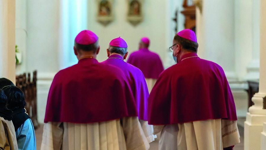 Para ser bispo não basta ter vocação. Também é preciso ter atributos físicos e mentais específicos