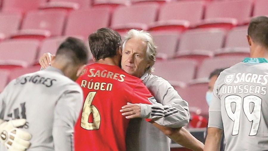 Jorge Jesus deu um abraço especial a Rúben Dias no final  do jogo de ontem