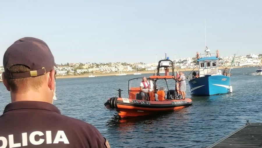 Todos os passageiros e os dois tripulantes foram resgatados sem qualquer ferimento e levados para o cais Vasco da Gama.