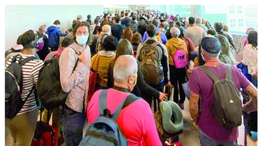 Chegada de vários voos ao mesmo tempo terá provocado um ajuntamento que contraria as regras sanitárias impostas pela Direção-Geral da Saúde