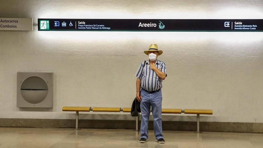 Homem usa máscara em estação de metro do Areeiro em Lisboa
