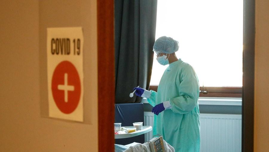 Enfermeira equipada com material de proteção devido à pandemia da Covid-19