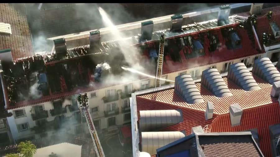 Bombeiros tiveram de usar várias autoescadas para conseguirem combater as chamas nos telhados