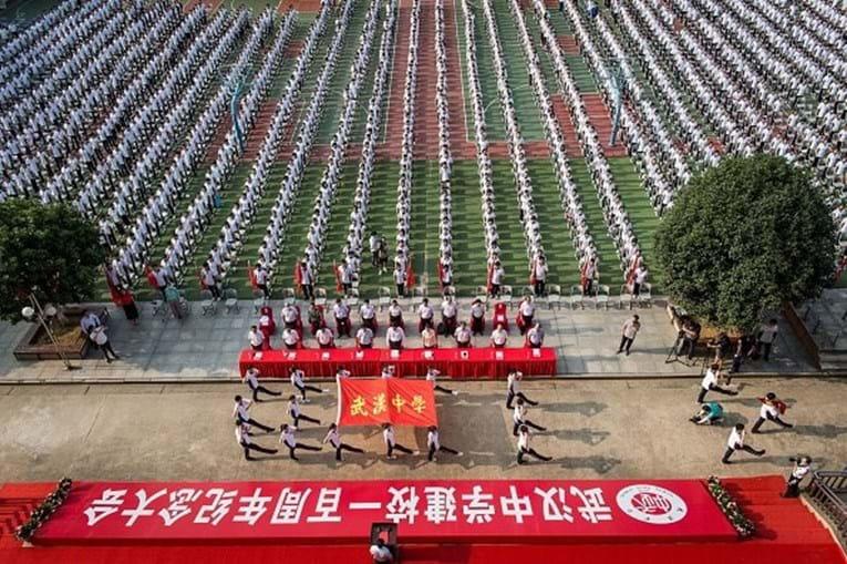 Estudantes chineses celebraram o 100º aniversário do fundador da Escola Secundária de Wuhan