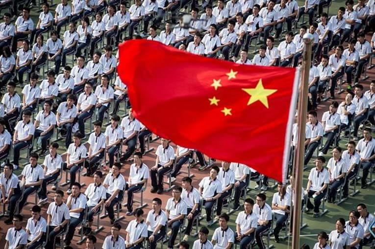 Alunos frequenta escola secundária da cidade de Wuhan, epicentro da pandemia