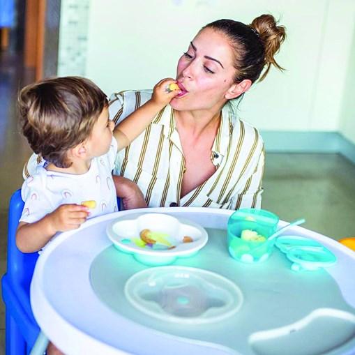 Dânia Neto a promover uma marca com produtos de parafarmácia ao lado do filho, Salvador, de um ano
