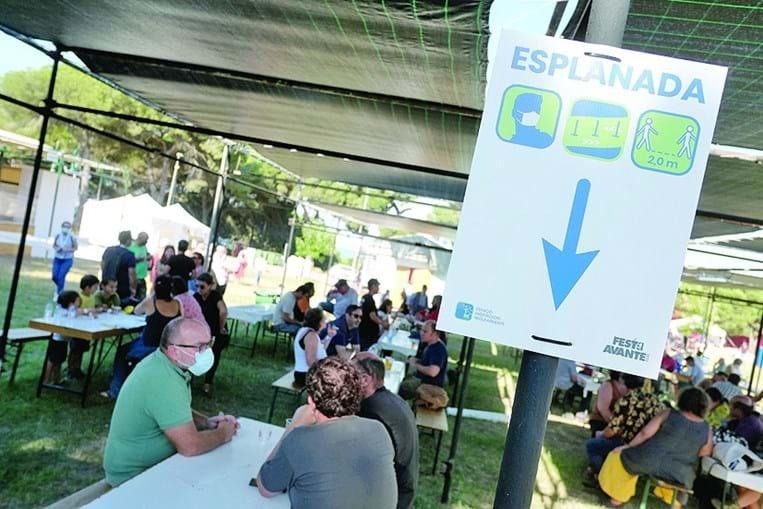 Sinalética com as regras de circulação em todo o espaço da Quinta da Atalaia para o distanciamento social