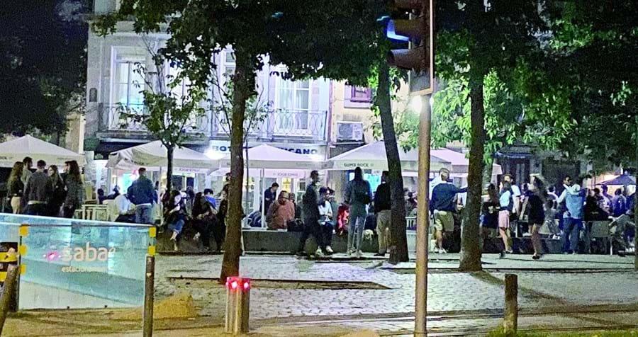 Grupos de jovens, na noite de sexta-feira para sábado, na Cordoaria, Porto
