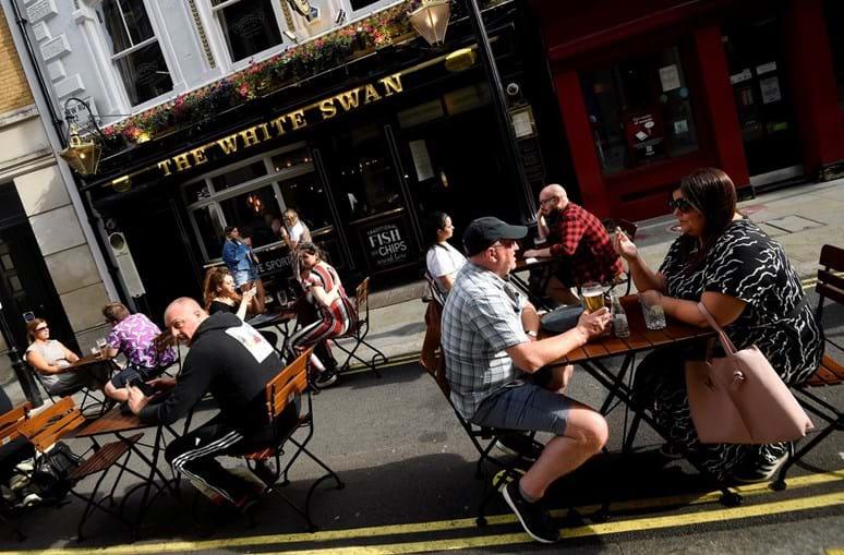 Governo britânico diz que ajuntamentos sociais estão a propagar o vírus