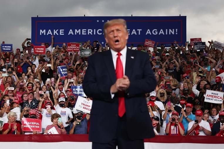 Trump sem máscara