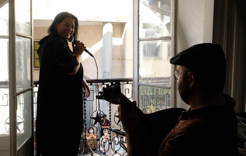 A fadista Conceição Ribeiro cantou o fado à janela da Junta de Freguesia de Santa Maria Maior, na Mouraria