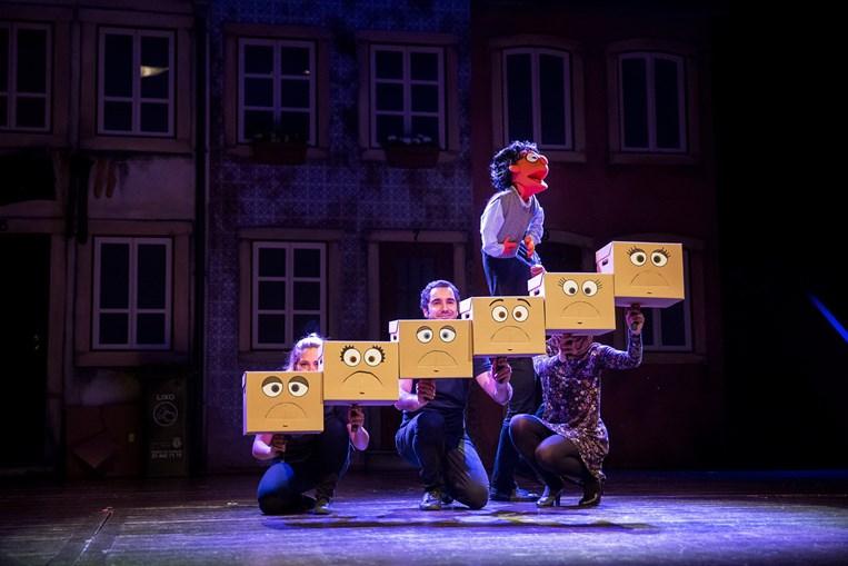Entre as várias peças para ver dia 18 estão 'Avenida Q' no teatro Maria Matos, em Lisboa