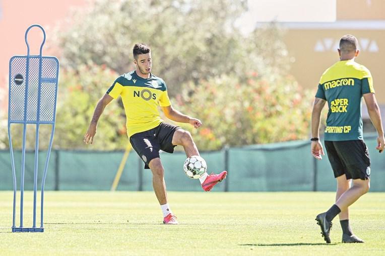 Gonçalo Inácio, com a bola nos pés, é um dos quatro jogadores infetados no Sporting